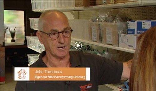 John Tummers geeft uitleg over de vloer verwarming
